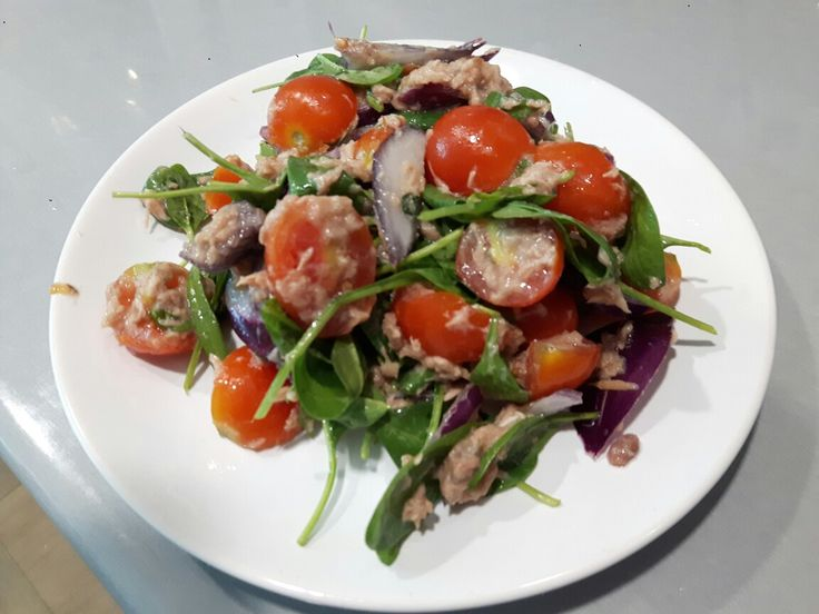 ♡easy fast salad :ton fish • spinach • tomato • red onion • olive oil • salt• pepper♡