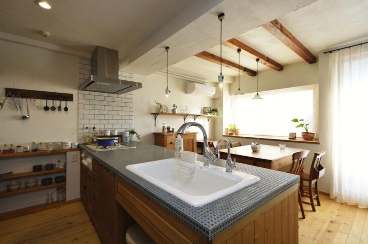 キッチン横の壁に白いブリックタイルが佇んでいます