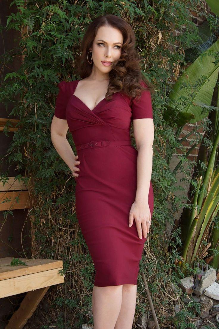 Dieses50s Erin Short Sleeve Wiggle Dress in Wine vonPinup Couture ist ein klassisches aber trotzdem verführerisches KleidDiese Schönheit ist inspiriert an den 50er Jahren, aber hat einen modernen Touch! Hübsches, enganliegendes und gerafftes Top in Wickeloptik. Der Rock betont deine Kurven auf wunderbare Weise ohne aufzutragen und endetbei einer Größe von 1.71m, wie bei Model Erin Cummings auf dem Foto, knapp unterhalb des Knies. Die Taille w...