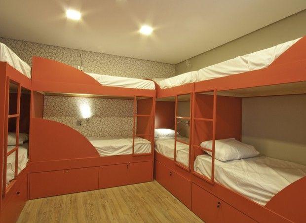 Com decoração colorida e despojada, hostel próximo à Paulista tem até solarium com grama e hortinha. Projeto da designer de interiores Camila Zion.
