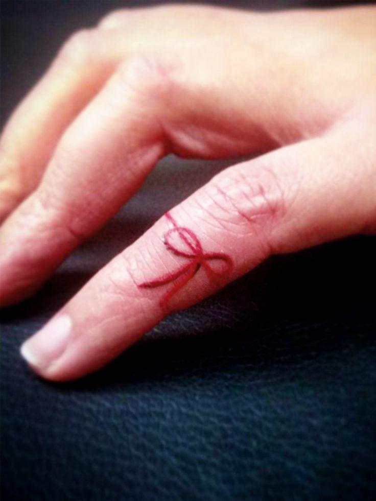 Kennst du schon das Red String Tattoo? Wir verraten dir, was es bedeutet