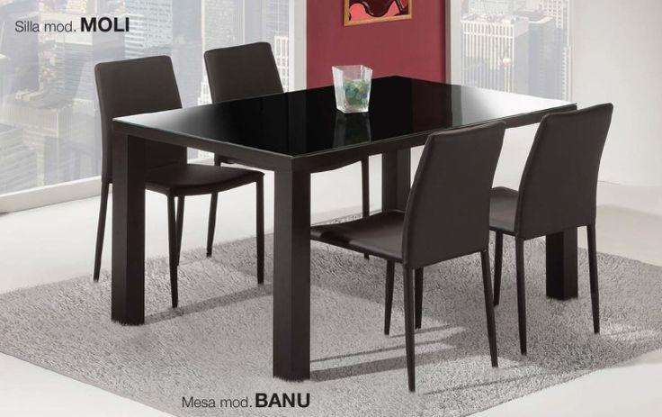 Pack Moli-Banu: Conjunto de mesa en madera con tapa de cristal (solo mesa negro),blanco, o negro. Cuatro sillas tapizadas en negro o blanco. Se sirve en Kit de muy fácil montage y con instrucciones claras. Cristal templado de 8mm. Estructura madera. Patas con tapas de plástico antirrayado. Tapizado en PU lavable.