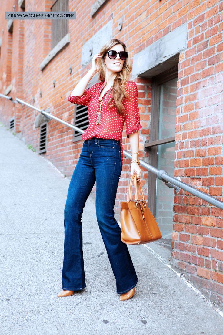 Flared jeans, stilettos y blusa estampada