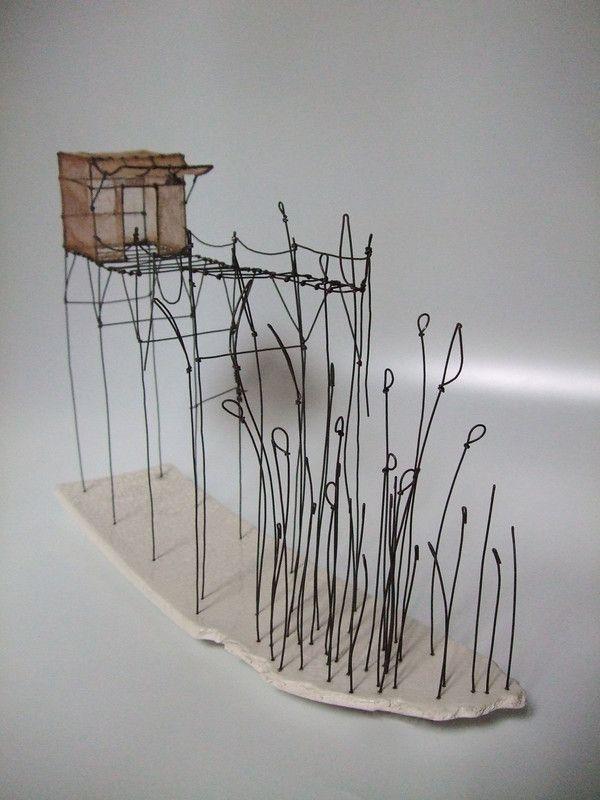 ° cabane du lac 01 fil de fer, tarlatane teintée & céramique (émaillage craquelé) H 22 x 31 x 8 cm
