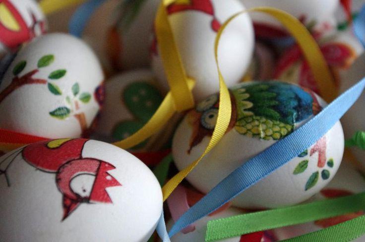 Decoupage vajíčka I. - Tato bílá vyfouknutá vajíčka jsme polepili motivy z ubrousků a doplnili výrazně barevnou stužkou pro pověšení.