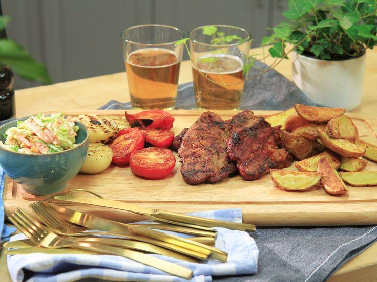Grillad fläskkarré med bbq-sås och klyftpotatis | Recept.nu