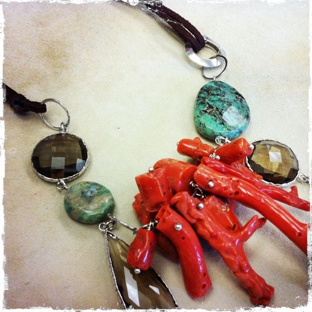 Collana con corallo, quarzo fumé e turchese