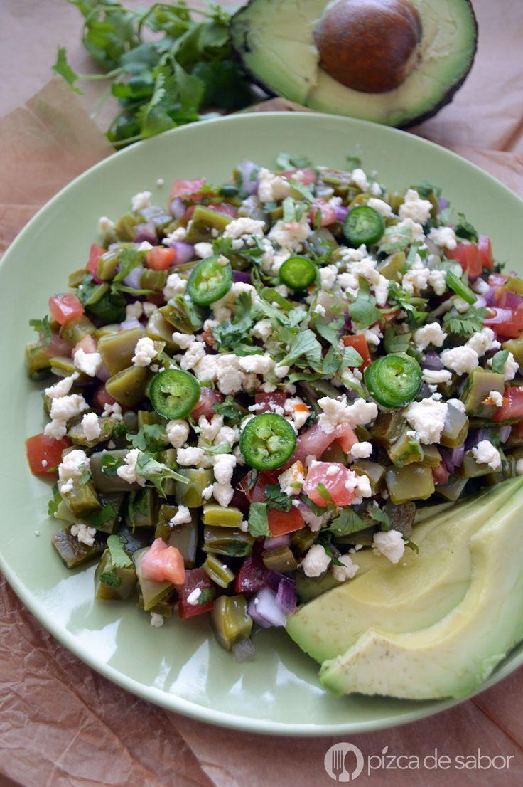 Prepara una deliciosa ensalada de nopales o nopalitos con esta receta fácil. Te doy tips para que no te quede babosa. Súper fresca y perfecta para los días de calor!