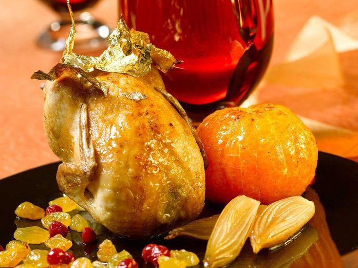 Avec les lectrices reporter de Femme Actuelle, découvrez les recettes de cuisine des internautes : Cailles rôties farcies aux clémentines, airelles et raisins