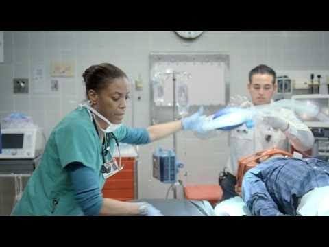 La enfermera es muy importante en la sala de emergencia.