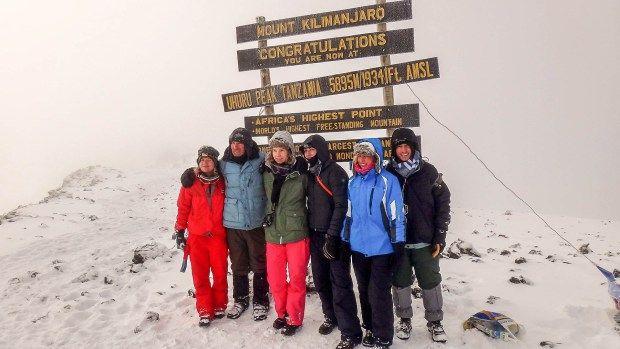 Montanha branca em Masai, o monte Kilimanjaro, de 5.895 metros, é o ponto mais elevado da África. Este antigo vulcão tem o topo coberto de neve e ergue-se no meio de uma planície de savana, oferecendo um espetáculo único. Por isso, anualmente, milhares de turistas e alpinistas tentam escalar a região, que integra três montanhas, sendo Kubu a mais alta delas.