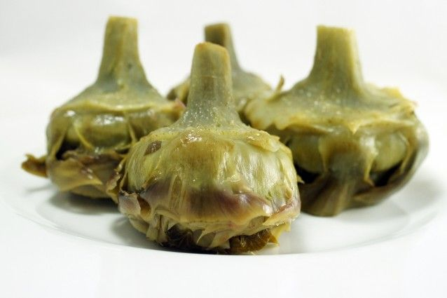 I carciofi alla romana sono un contorno della tradizione laziale preparati con un trito di prezzemolo e mentuccia che li rende profumati ed aromatici. Ecco come cucinarla al meglio.