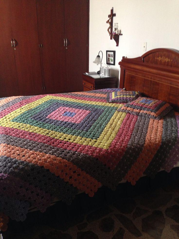 Tendido de cama realizado en yoyitos de escocesa. Contacto anayjaime.65@hotmail.com