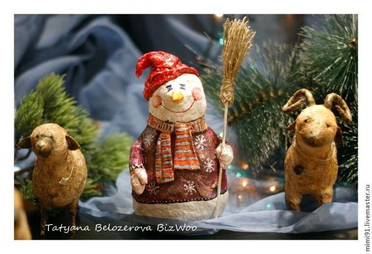 Давно я не делилась ничем новеньким и вот появился повод — Новый год и Рождество. Предлагаю вам сделать снеговика в технике ватного папье-маше. Технология в принципе обычная, ничего нового, игрушки в такой технике очень популярны и были известны с давних времен. Разве что материалы немного изменились, ну и внешний облик игрушек тоже стал более современным.