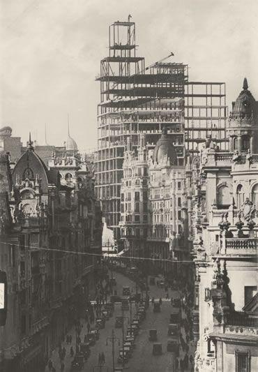 Gran Via En el número 28 se alzó el primer rascacielos de Europa, el de la Compañía de Teléfonos. Aquí se aprecia el esqueleto de sus 89 metros de altura. Seis años después de su inauguración, en 1930, sufrió el impacto de los obuses de la Guerra Civil.