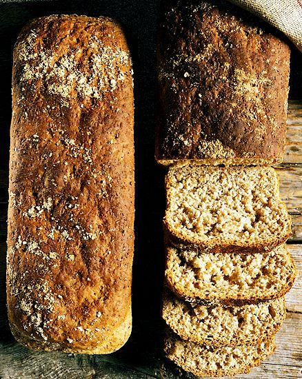 Graham formbröd med jäst.  Genom att använda bakformar får du fina, höga bröd. Detta bröd är även gott att rosta. Frys gärna in det som blir över i skivor, så kan du stoppa en skiva i taget i rosten direkt från frysen.