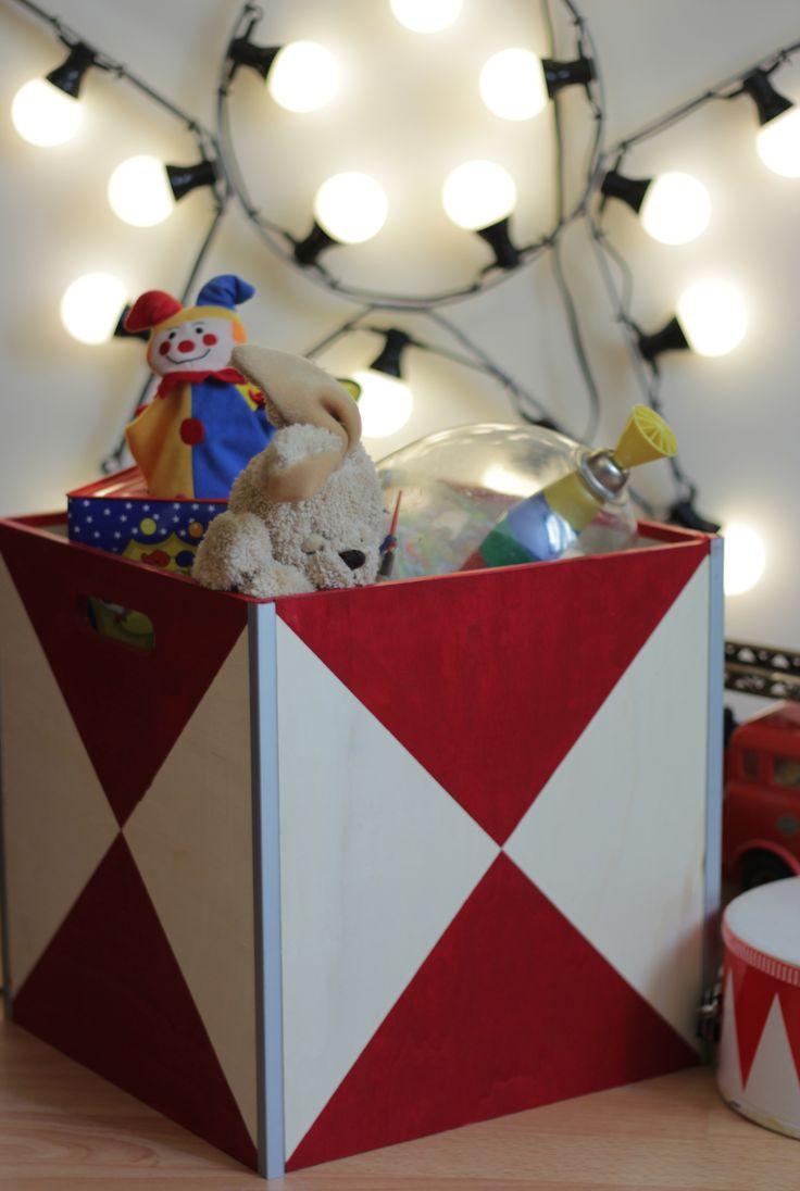 Caisse en bois revisitée en coffre à jouets thème cirque pour une chambre d'enfants. Je fais parti des 6 finalistes pour le concours La Redoute X Pinterest, votez pour moi via ce lien --> http://www.laredoute.fr/pinterest.aspx?cod=BRC00080962FR  DIY circus children star étoile led jouet