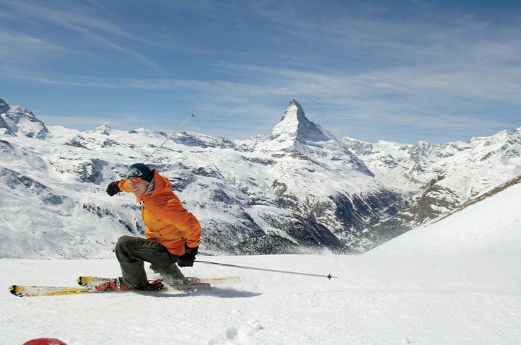 """Esta antiga vila suíça está localizada no vale, aos pés do Mont Cervin, cercada por espetaculares montanhas, com todo o charme de um típico vilarejo suíço, onde o tráfego de carros é proibido e o transporte é feito por cavalos (charretes e carroças) e carros elétricos. As áreas de ski, muitas delas abertas durante todo o ano, se entrelaçam e é possível esquiar dias sem passar duas vezes pela mesma pista. Zermatt possui cursos de ski, heliskiing, além de um """"après-ski"""" muito animado."""