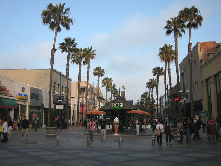CA – 3rd Street Promenade & Santa Monica Boulevard, Santa Monica, Los Angeles county, California, USA. The promenade is an outdoor pedestrian mall that is closed off to vehicular traffic. Brandy Melville is located at 1413 3rd Street Promenade @ Santa Mon