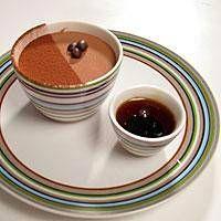 Kahvi-suklaajäädyke ja kahvisiirappi sekä kuohuva kahvijuoma