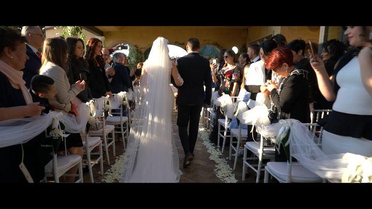 ...e andando avanti con la post-produzione del video di matrimonio dei nostri Viviana e Vincenzo ci troviamo ad elaborare delle clip che sprigionano una bellezza abbagliante; sono dei momenti, degli attimi, delle piccole frazioni di una più ampia azione che possono essere resi eterni soltanto da un bravo fotografo di matrimonio, o un bravo videomaker di matrimonio, come in questo caso.  Ecco ancora pochi altri fermo-immagine che possono descrivere molto bene quello di cui