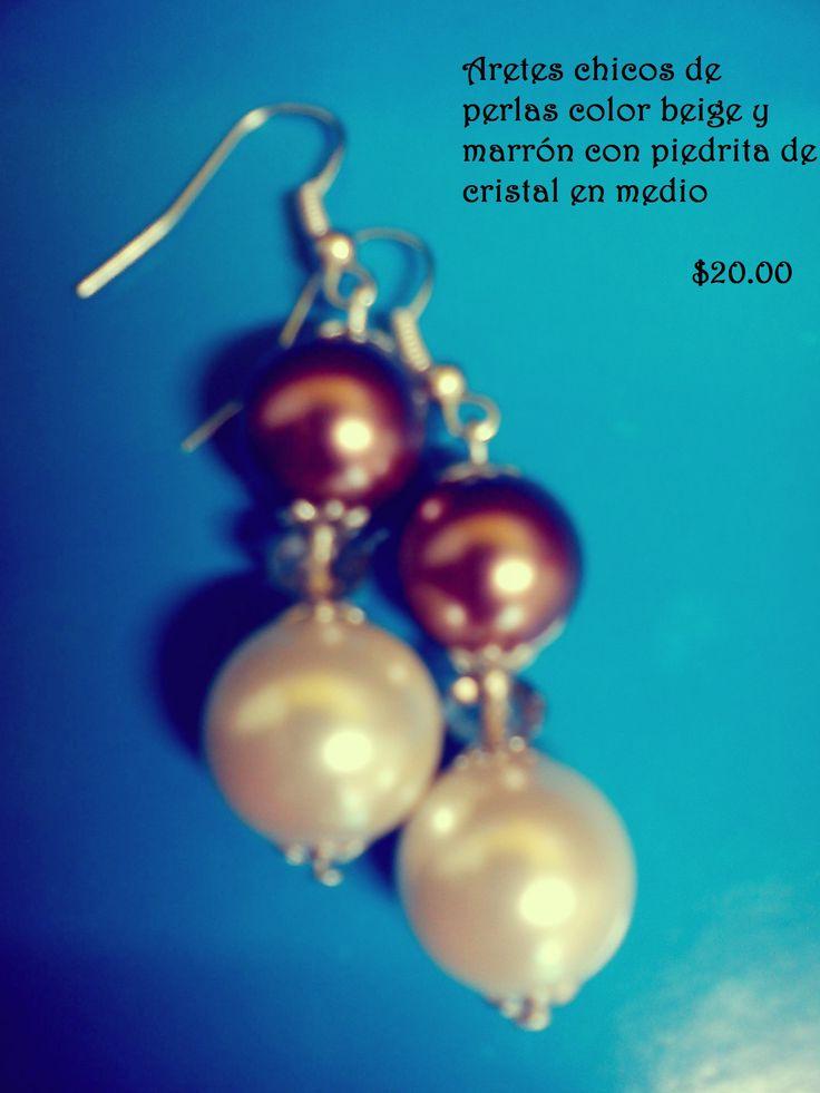 Aretes chicos de perlas color beige y marrón