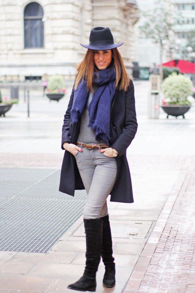 Look Con Abrigo Azul Pitillos Grises Y Bolso Rojo Cereza Por The Highville. Blue Coat Outfit ...