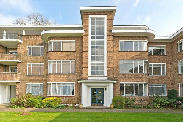 Art deco apartment: Flat in 1930s Kingfisher Court, East Molesey, Surrey