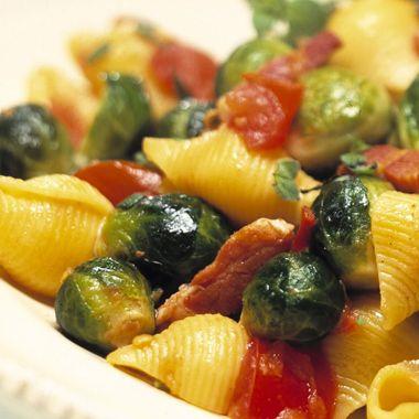 Maak de spruitjes schoon. Pel de uit en snijd deze klein. Kook de pasta in bouillon of ruim kokend water met zout beetgaar en laat hem uitlekken. Verhit de