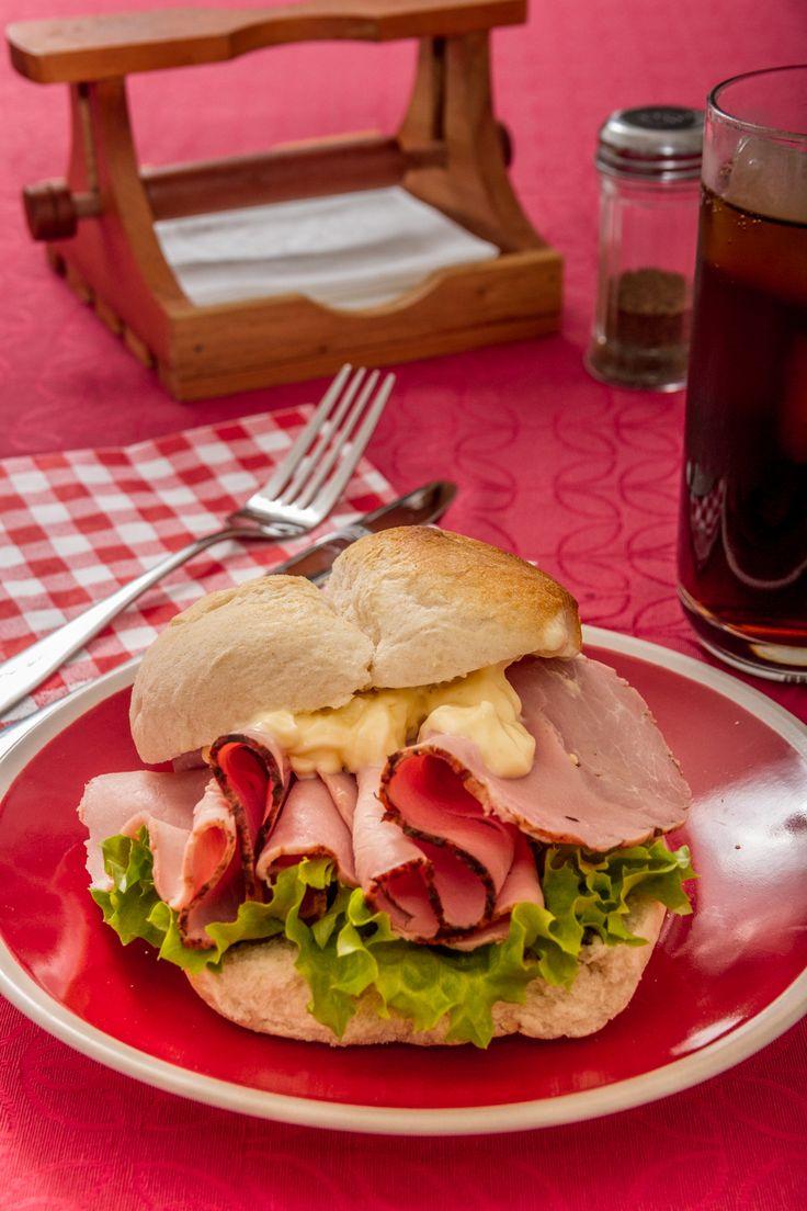 Un sandwich simple y rico. ¡Pruébalo siempre acompañado de tu pan HOME BAKERY de BredenMaster!