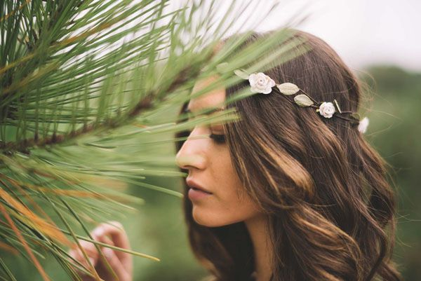bohemian flower crown http://weddingwonderland.it/2016/02/un-abito-jenny-packham-un-matrimonio-la-pioggia.html