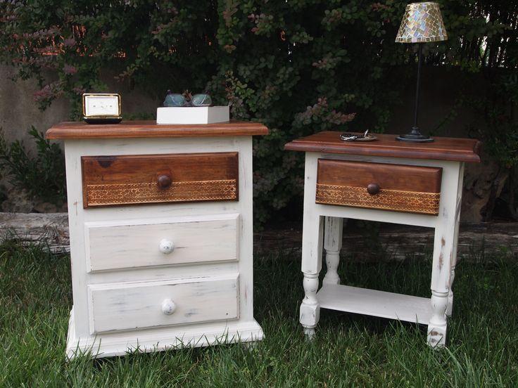 Mesitas de noche de pino color miel, restauradas para que formen una pareja. Sobre y  cajón restaurado color roble y el resto en decapado blanco, en el cajón estarcido de una puntilla.