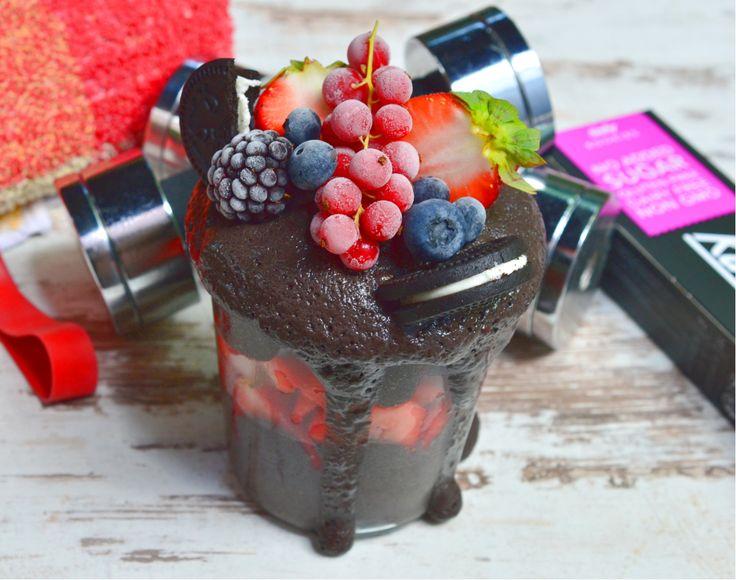 Schokoladen-Protein-Eis mit Erdbeeren - ohne Eismaschine. Mit Brombeeren, Heidelbeeren, Kakao, Magerquark und Erdbeeren 🍓 Rezept ohne Zucker.