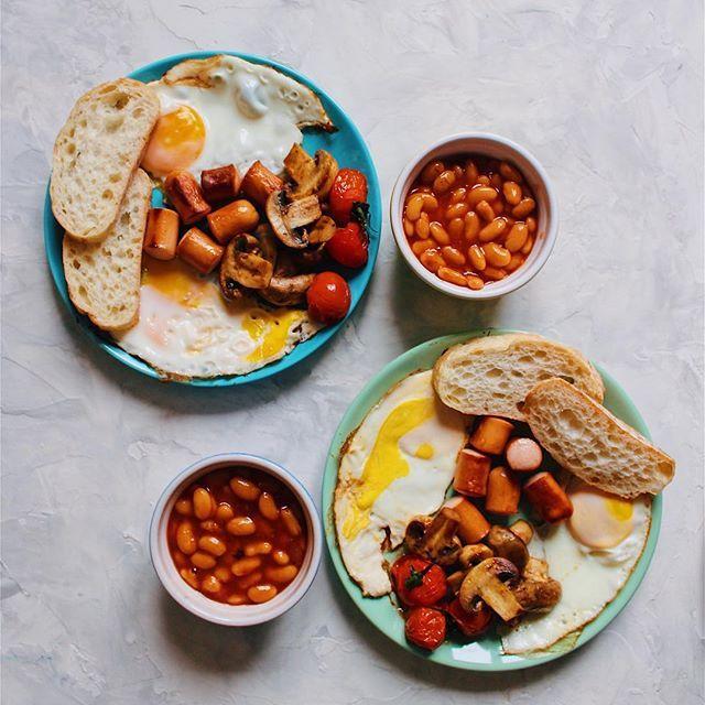 Full  English breakfast 🇬🇧🍳🥓🍞🍅☕️  Fried eggs, sausage, grilled tomato and mushrooms, toast, baked beans in tomato sauce.  Традиционный  английский завтрак 🇬🇧🍳🥓🍞🍅☕️  Жареные яйца, сосиски, помидоры и шампиньоны на гриле, тост,фасоль в томатном соусе. •  •  •  #yaninaiscooking #healthybreakfast #fullbreakfast #englishbreakfast #britishbreakfast #englishfood #englishfoodie #britishfoodie #breakfasttime #breakfastlover #breakfastideas #bakedbeans #grilledmushrooms #grilledvegetables…