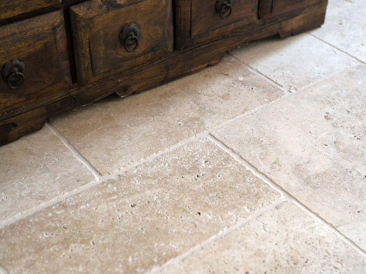 Sie ergänzen sich perfekt: Rustikale Möbel und ein Travertin Medium-Boden – jonastone