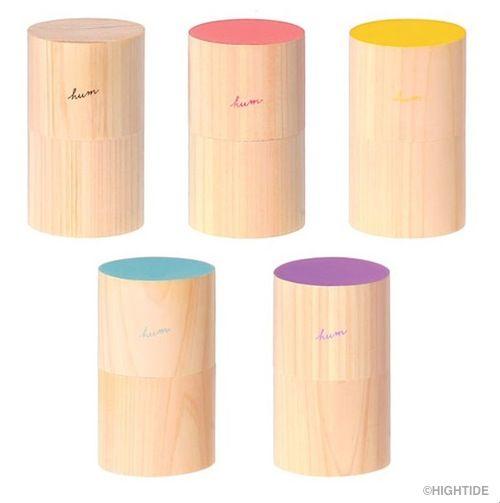 HIGHTIDE(ハイタイド)と大阪の graf がコラボプロデュースする文房具ライン『hum(読み方:ハム)』のデスクアロマ。大きさは直径12cm x 高さ9cm の小型タイプ。アロマディフューザーで木製ボディのデザインっていうのは珍しい。表面だけに色が入ったカラーバリエーションっ。