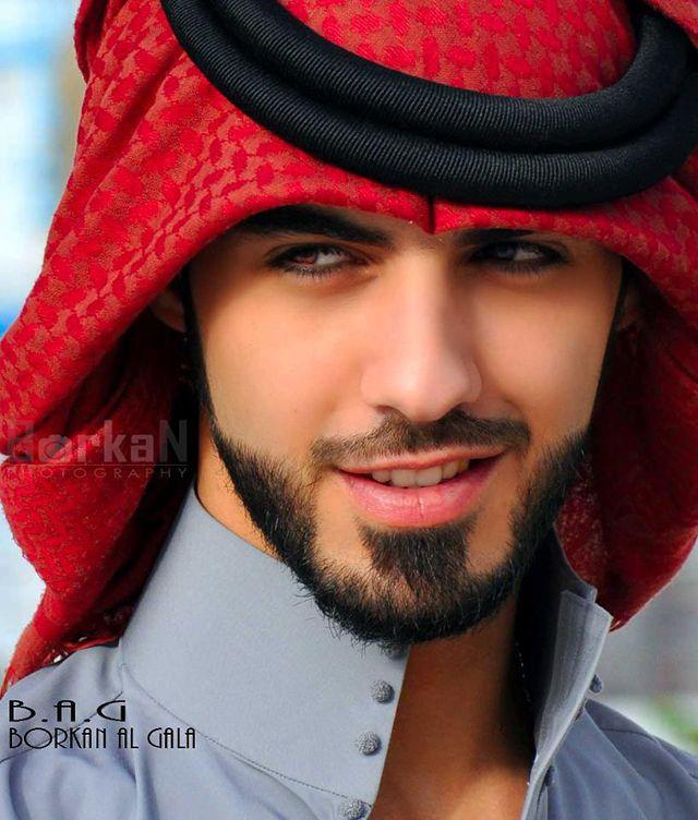 Omar Borkan Al Gala, fotógrafo de moda, ator e poeta, residente em Dubai, de acordo com a publicação mexicana