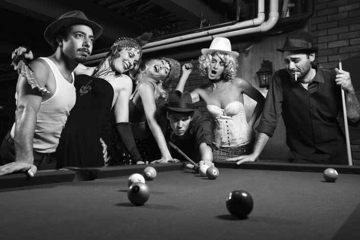 Foto en blanco y negro, vintage. Hombres y mujeres jugando ...
