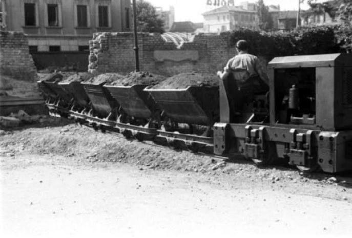 Trenino speciale per la raccolta delle macerie fra le case semidistrutte, 1946. Sullo sfondo si intravede piazzale Loreto. (Foto di Federico Patellani)