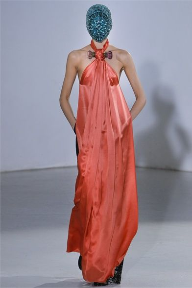 Photos and comments about the collection, the outfits and accessories from Maison Martin Margiela presented for Haute Couture Fall-Winter 2012-13 #moda