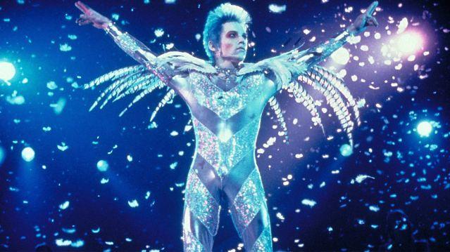 Velvet Goldmine ベルベット・ゴールドマイン〜デヴィッド・ボウイがいたグラマラスな日々 1973年7月。ボウイはステージでの引退を宣言(ジギー・スターダストとして)。グラム帝国は一気に失速することになる。ツアーが絶頂を極めている頃、ボウイは「自分はステージの上で暗殺される」と公言していたそうだ。 byTAPthePOP