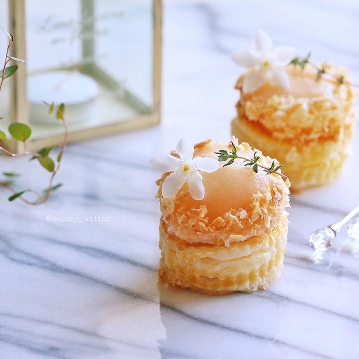 残り物のパイシートと大小のクッキー型で  簡単にミニカスタードパイを。  カスタードクリームはレンジで作ったもので  クリップしてある『苺のタルト』にレシピがあります♪