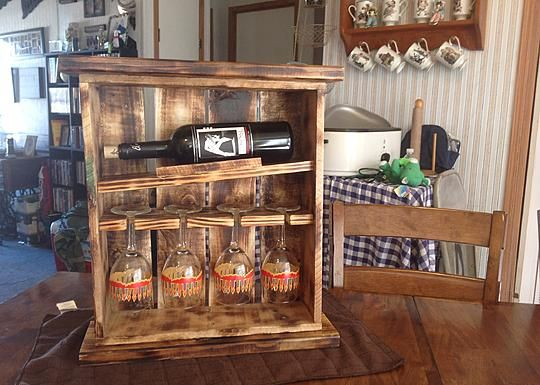 Pallet Wine Rack with Glasses