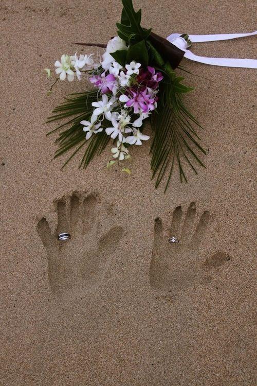 Une idée originale de photo pour votre mariage à la plage qui fera une excellente carte pour vos remerciements! ----- Here's something original for your beach-wedding that will make a really nice thank-you card!