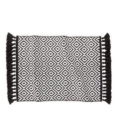 Sort/Hvit mønstret. En vendbar, jacquardvevd badematte i bomullskvalitet med frynser i kortsidene.