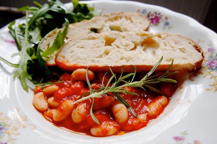 Low budget en makkelijke recept voor vegan Italiaanse bonenschotel met cannellini bonen, tomaten, knoflook, chilipeper. #vegan #soep #lowbudget