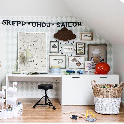Pokój dla chłopca na poddaszu ze wzorzystą ścianą i czarną typografią