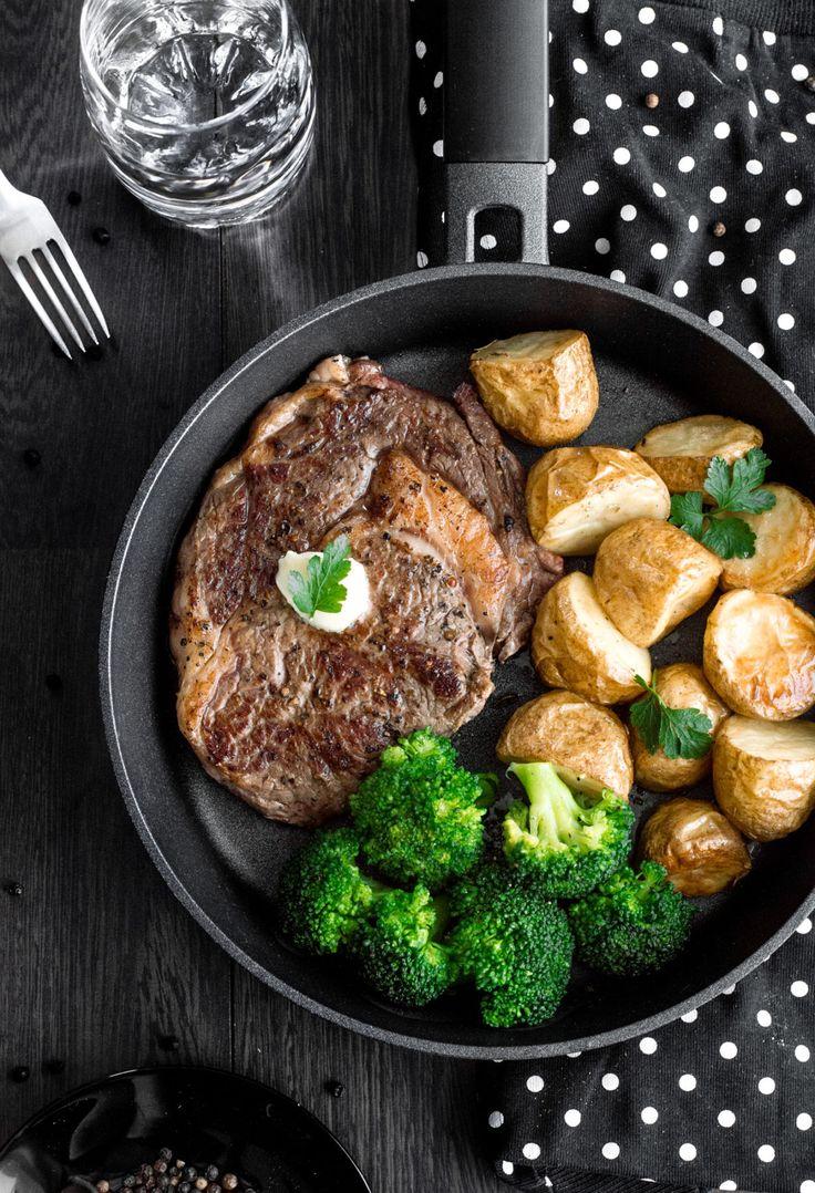 Idealnie wysmażony stek z antrykotu z pieczonymi młodymi ziemniakami w mundurkach, wzbogacony o zielony akcent w postacigotowanych brokułów.Doskonałaobiadowapropozycja,którą przygotujecie w mniej niż 40 minut! Prosto, szybko i bardzo smacznie 🙂