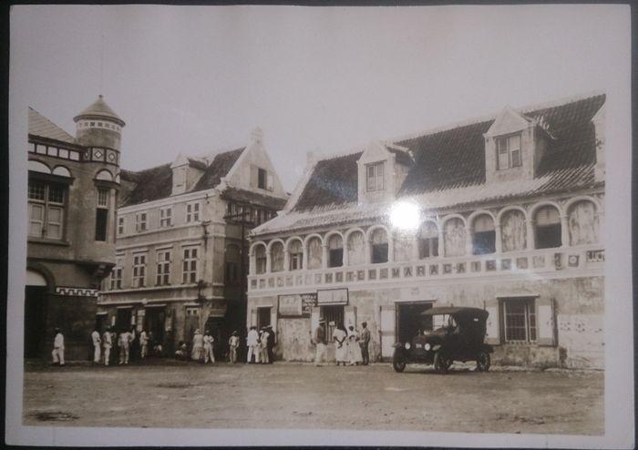 Diverse vooroorlogse koloniale foto's uit Nederland Indie - 3 groot formaat kartonnen familie-foto's met achterop tekst - 1 portretfoto van een man in tropenuniform (achterop staat de naam vermeld) - 1 groot formaat uit Curacao, kolonie West Indie