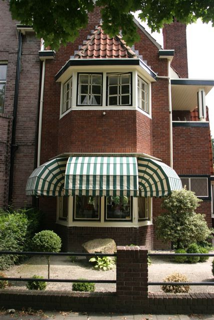 Markies groen wit doe. Markiezen gemonteerd in binnenstad Den Bosch